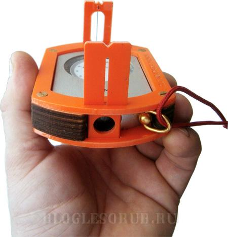 В этот адаптер вставляется финская буссоль и благодаря диоптрам позволяет работать более точно.